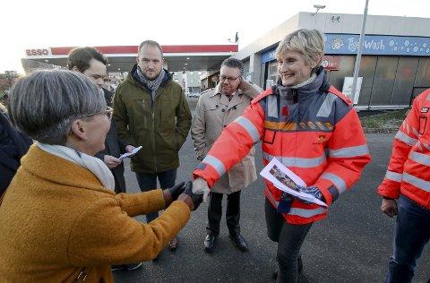 VIL VURDERE: Seksjonssjef Elisabeth Bechmann (til høyre) i Statens vegvesen og mosseordfører Hanne Tollerud.
