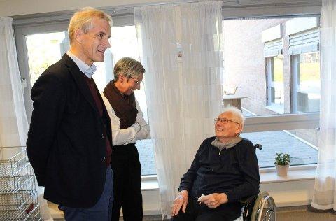 TRIVES: Trygve Andreassen trives på Orkerød sykehjem. Her sammen med Jonas Gahr Støre og ordfører Hanne Tollerud.(Sveip til siden for å se flere bilder)