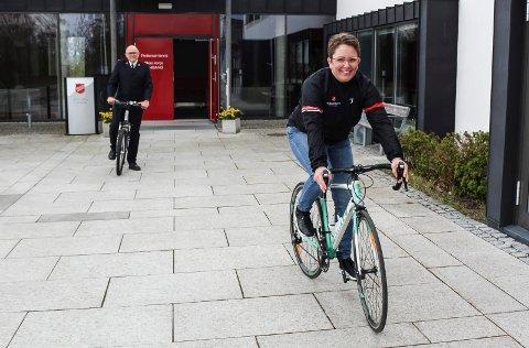RULLER UT: Marianne Mork Andersen gleder seg til å sykle sammen med dem som vil være med i den nystartede sykkelklubben Pedalkraft. Bak: Korpsleder Bjørn Løvdahl i Frelsesarmeen i Moss.