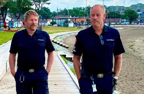 MENER BRANNBEREDSKAPEN PÅ JELØY HOLDER: Brannsjef Rune Larsen (til venstre), her ved Sjøbadet sammen med overbrannmester Roy Kristensen i MIB.