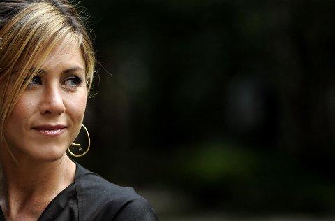 POSITIVT KROPPSBILDE: Jennifer Aniston stiller opp toppløs for magasinet Harper's Bazaar. Til programleder Ellen DeGeneres sier Aniston at hun «elsker å være naken» og at «ingen bør skamme seg» over å vise fram kroppen sin.