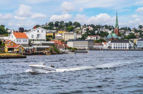 Arendal 20200725 Fritidsbåt på fjorden i Arendal. Foto: Halvard Alvik / NTB