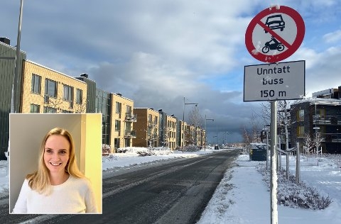 Nina Ranvnevand (40) frykter det kan være trafikkfarlig at nordre del av Grillstadfjæra er forbudt for motorvogn, med unntak av buss, når foresatte skal levere barn i Grillstadfjæra barnehage.