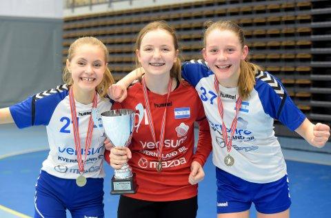 GULLJENTER: Kaja Berg Fokstuen, Maja Brannstorph og Aurora Steen jublet for seriegullet.