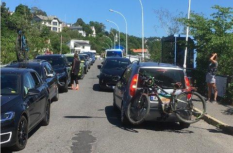 KAOTISK: Fullstendig kaos over broen før Malmøya. Her ser man litt av den lange køen med biler som ventet på å få snu, samtidig som politiet er på vei og en bilist er i ferd med å kjøre ut.