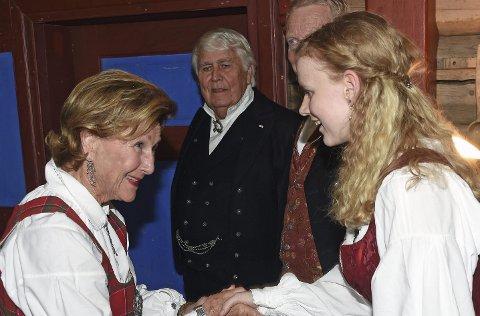 Helste på: Ragna Valde Sletten (th) helste på Dronning Sonja før ho spelte fele for henne. Foto: Sven Gj. Gjeruldsen, Det kongelige hoff