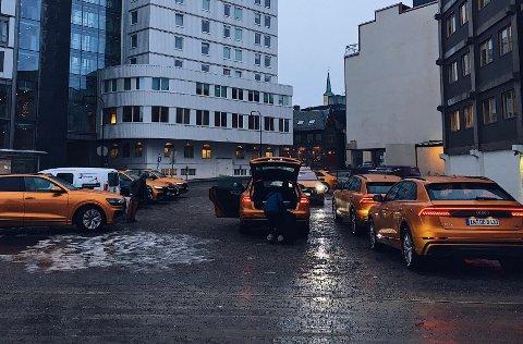 VAKKERT SKUE: Her er luksusbilene på rekke og rad utenfor Scandic Ishavshotell onsdag.