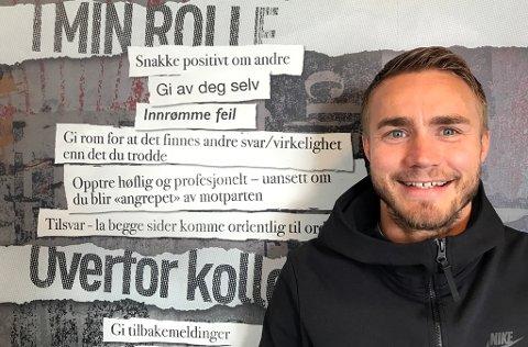KLARE VERDIER: Trond Olsen poserer foran levereglene han har fulgt gjennom hele fotballkarrieren.