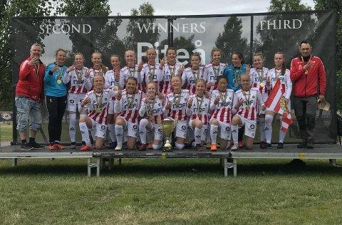 TRE PÅ RAD: TILs J15 vant Piteå Summer Games for tredje året på rad. Det gjorde de etter å ha slått erkerivalen Skarp i den Nordlys-sendte finalen. Nå håper TIL-laget å hevde seg i Gothia Cup.