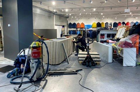 PUSSER OPP: Etter koronastengingen og påfølgende karantene og negative tester har det blitt jobbet hardt for å åpne butikken Jobb og Fritid igjen i utvidede og renoverte lokaler.