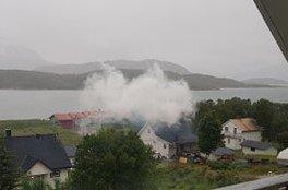 MYE RØYK: Det var betydelig røykutvikling under slukningsarbeidet seint onsdag kveld.