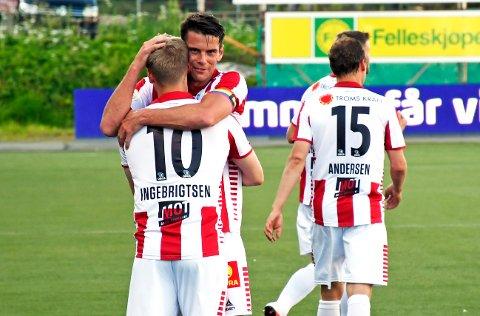 JUBEL: Simen Wangberg gratulerer Mikael Norø Ingebrigtsen etter sistnevntes scoring.