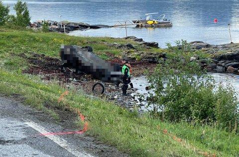 ETTERFORSKET: Politiet etterforsket ulykken natt til søndag og merket blant annet opp hvor sporene fra bilen gikk. Foto: Elvira Kolsing