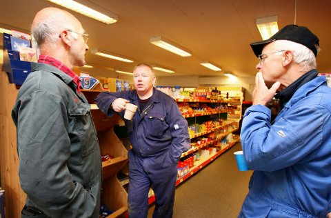 Roar-Arne Robertsen (i midten) har ledet fiskarlaget i Tromvik gjennom 20 år. Han liker dårlig at Samferdselsdepartementet ikke svarer på deres invitasjon.