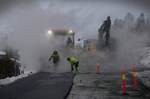 FERSK ASFALT: Ennå kan vi vente mer snø, men snart er det igjen klart for asfaltering på veiene.