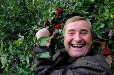 TREGLAD: Christen Sveaas er spesielt glad i trær, også epletrær. Nå skal han til Dokka for å prate om skog.