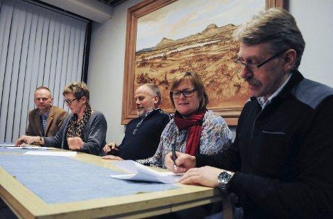 Turbulent: Ordførerne i Valdres underskrev intensjonsavtalen i februar. Men framdriften i arbeidet med kommunereformen er turbulent.