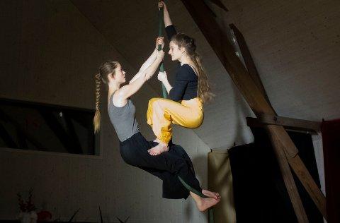 HØYT HENGER DE: Men sure er de definitivt ikke. Fra venstre: Mari Stoknes og Karoline Aamås viser imponerende styre og kroppsbeherskelse.