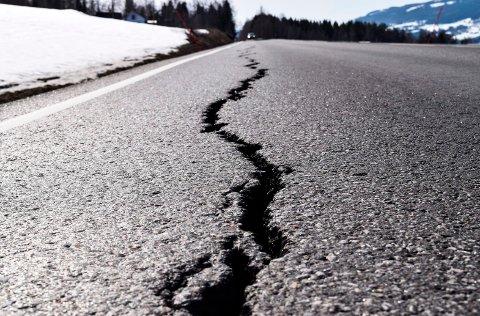 Slik ser den nylagte asfalten ut etter å ha opplevd sin første vinter.