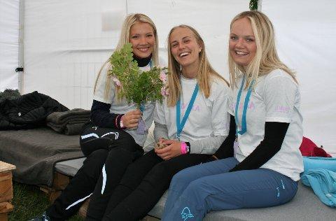 FRIVILLIGE: Mina Svastuen (t.v.), Celine Thorstad og Ingvild Bernhardsen er frivillige under årets festival, og inviterer camperne inn i et eget «chill and charge»-telt, hvor de kan slappe av, varme seg og lade telefonen.