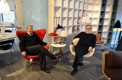 Frank Kiil (t.h.) og Jo-Idar Gulbrandsen driver Kiil Interiørdesign i Gjøvik sentrum og mener bilene må til for å skape handel i sentrum.