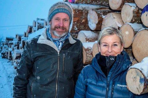TØMMERTRANSPORT: - En tømmerterminal på Rudshøgda vil ha stor økonomisk og milømessig betydning for skogbruket i Oppland, sier Einar Stuve i Biri skogeierlag og Mona Tønneslanmd Tholin i Fluberg og Søndre Land skogeierlag.