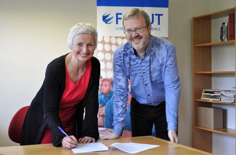 SIGNERTE AVTALEN: Generalsekretær Ida Oleanna Hagen og utenlandssjef Ståle Stavrum i Forut, hadde tirsdag gleden av å signere avtalen med Norad.