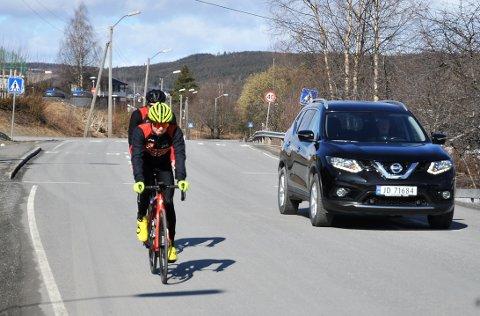 PERFEKT: Tobias og Thor Halvard Ugland oppfordrer både syklister og bilister om å vise hensyn nå som sykkelsesongen starter. Akkurat slik bilisten som passerte dem i Kalkveien på Gjøvik gjorde søndag.