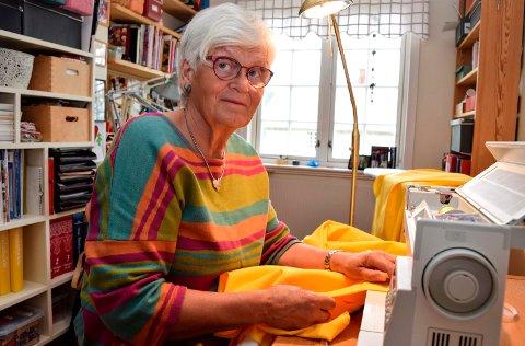 Marit Øksne syr smittevernfrakker.