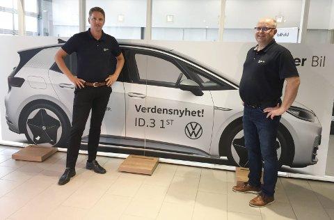 FORELØPIG I PAPP: Selgerleder Pål Larsen og salgskonsulent Geir Arne Langseth  på Møller Bil foran en stor plansje av en Volkswagen ID.3 i naturlig størrelse.FOTO: ØYVIN SØRAA