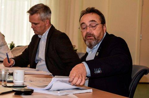 PAPIRARBEID: Utenlandske kriminelle. har satt kommunens datasystemer ut av spill. En av konsekvensene er at det hoper seg opp med manuelt papirarbeid. Her kommunedirektør Ole Magnus Stensrud (t.h.) og ordfører Bror Helgestad.