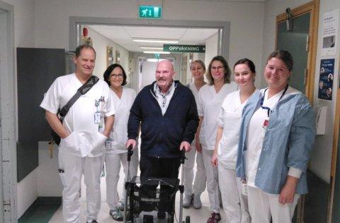 GRIPENDE MØTE: Kjell Hansen er tilbake på Lillehammer sykehus og møter igjen noen av de som reddet livet hans.  Fra venstre Torstein Killi, Marit Valset, Anita Bakken, Kristin Midtby, Lene Leksås og Katrine Stadtler.