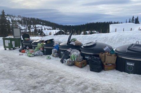 MYE SØPPEL: Slik så det ut ved søppelmolokene ved Ravangsmyra på Aurdalsåsen mandag morgen.