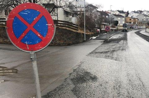 PARKERING FORBUDT: For å få rengjort gatene skikkelig, må gatene være tomme for biler. Her fra Lundsgate på Tongjordet i Gjøvik.