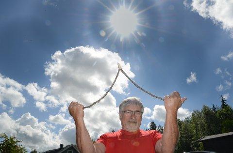 ØNSKEKVIST: Værprofet Svein Sparby bruker ønskekvisten for å spå sommerværet.