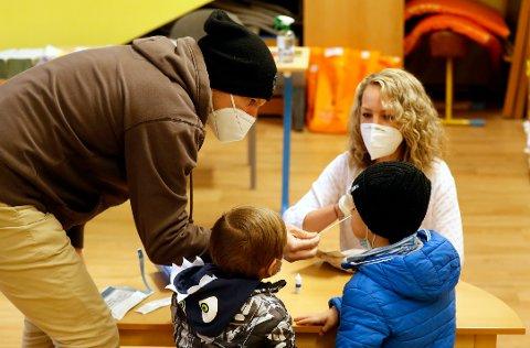 SKOLETEST: Barn og unge som er nærkontakter til smittede kan slippe karantene dersom de tester negativt. Her er det en tsjekkisk gutt som testes under et utbrudd i Praha i april i år.