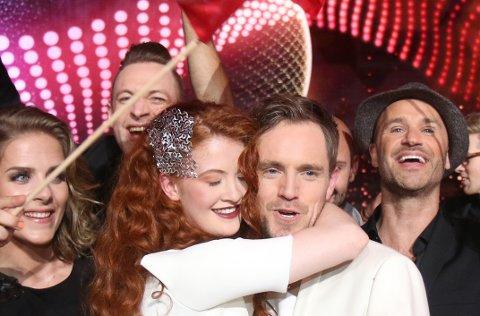 FLAGGBÆRER: Julie Lillehaug Kaasa fra Ski (t.v.) koret under det norske bidraget i lørdagens finale i Eurovision Song Contest.