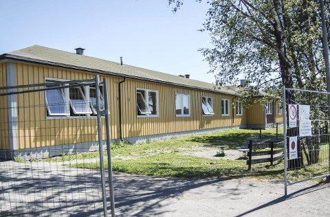 Snart historie: Det er satt opp gjerde rundt den gule paviljongen på Åsgård skole som skal rives. foto: Solveig wessel