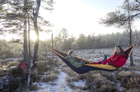 Over bakken: Stine og Hege mener hengekøya er undervurdert som soveplass på tur.