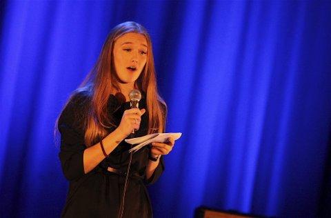 KONFERANSIER: Tuva Emilie Svendsen hadde meldt seg på som konferansier, og ledet publikum gjennom forestillingen.