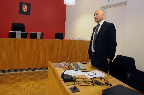 Forsvarer til den siktede mannen, Henrik Bliksrud, sier klienten nekter straffskyld etter siktelsen.