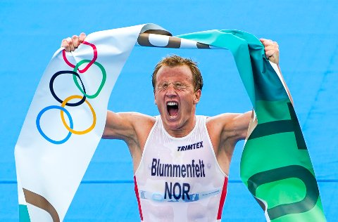 Tokyo, Japan 20210726.  Kristian Blummenfelt tar gull i triatlon for menn i Odaiba Marine Park i Tokyo, Japan i forbindelse med OL Tokyo 2021 mandag. Foto: Lise Åserud / NTB