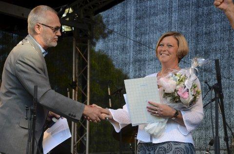 Årets medarbeider: Marianne B. Skalleberg får prisen overrakt av ordfører Rune Høiseth. Foto: Bjørn-Tore Sandbrekkene