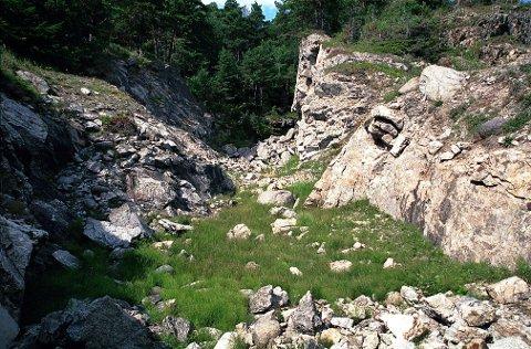ARØYA.  Et kalksteinsbrudd fra omkring 1910-20 har etterlatt seg dype sår i fjellene ved den sørvendte Slåvika. Kalken herfra ble benyttet til sementproduksjon i Brevik.