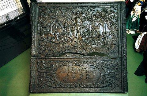 BAROKKSTIL: Ovnsplate i barokkstil fra Fritzøe jernverk
