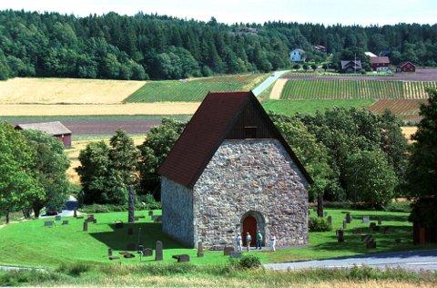 BERG STEINKIRKE  Kirkens beliggenhet i en bakkeskråning _ og ikke på toppen av den _ er spesiell. I bakgrunnen en av Manvik-gårdene.