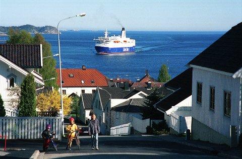 EIDGATA. Eidgata på Langestrand er en av de bakker i Larvik der man ser rett til havs. En av Larviks berømte sjøfarere, Magnus Andersen, vokte opp i Eidgata 5. Var det utsikten fra barndomshjemmet som vakte hans utferdslengsel? Som kanskje hos en Oscar Wisting i Brunlanesgate 15 og en Thor Heyerdahl i Steingata 7?