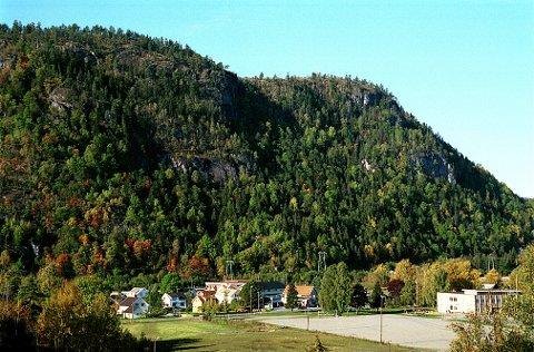 Sett fra vest danner Jordstøyp et mektig bakgrunnsteppe for bygdesentret Kvelde.