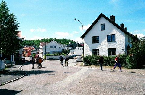 KIRKEGATA. Kirkegata ved Løgesletta med verkets gamle murbrakke til høyre.