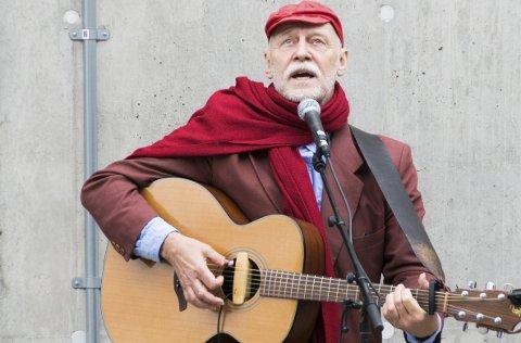 Sang den selv: Visesangeren Jan Hammarlund sang selv sin tekst utenfor Farris Bad under avdukingen.foto: per Albrigtsen